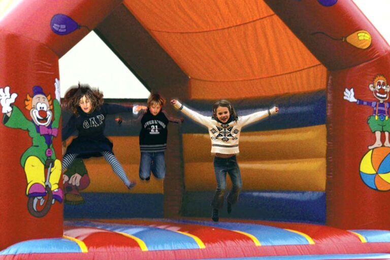 hoppeborge med glade børn - lej en hoppeborg til børnefødselsdag og andre events.